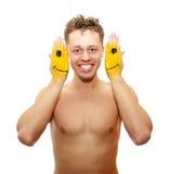 Giovane sorridente con le mani verniciate con colore giallo Immagini Stock Libere da Diritti