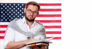 Giovane sorridente sul fondo della bandiera degli Stati Uniti Immagini Stock Libere da Diritti