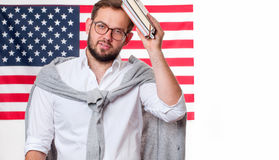 Giovane sorridente sul fondo della bandiera degli Stati Uniti Fotografie Stock Libere da Diritti