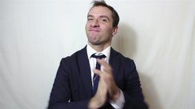 Giovane sorridere bello dell'uomo d'affari e mani attivamente d'applauso, accoglienti i nuovi clienti archivi video