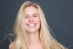 Giovane sorridere biondo attraente della donna immagini stock libere da diritti