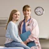 Giovane sorridere dell'infermiera e del paziente fotografia stock