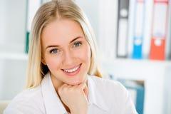 Giovane sorridere della donna di affari Immagini Stock Libere da Diritti