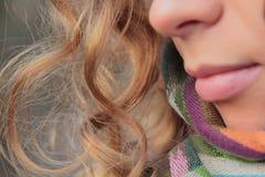 Giovane, sorridere e donna graziosa nel parco di autunno Fotografia Stock