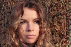 Giovane, sorridere e donna graziosa nel parco di autunno Immagini Stock