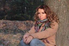 Giovane, sorridere e donna graziosa nel parco di autunno Fotografie Stock Libere da Diritti