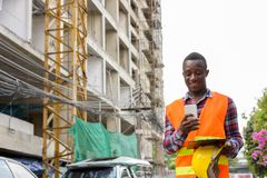 Giovane sorridere felice e noi del muratore dell'uomo dell'africano nero immagini stock