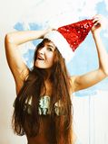 Giovane sorridere grazioso della donna felice in cappello rosso di Santa al nuovo anno, l immagini stock