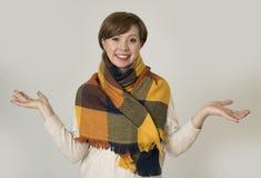 Giovane sorridere variopinto della bei e maglione della donna dei capelli 30s e sciarpa rossi alla moda di autunno felice Fotografie Stock Libere da Diritti