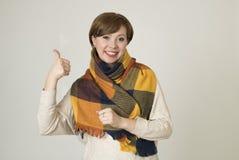 Giovane sorridere variopinto della bei e maglione della donna dei capelli 30s e sciarpa rossi alla moda di autunno felice fotografia stock
