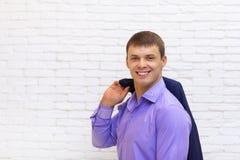 Giovane sorriso dell'uomo di affari, uomo d'affari Wear Elegant Violet Suit Fotografia Stock Libera da Diritti