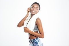 Giovane sportiva afroamericana sorridente con l'asciugamano sul suo collo Fotografia Stock