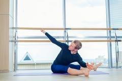 Giovane sportivo che risolve, yoga, pilates, addestramento di forma fisica, stante nello svanasana di mukha di adho di pada di ek Immagini Stock