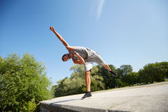 Giovane sportivo che salta nel parco di estate Fotografia Stock