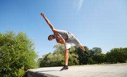 Giovane sportivo che salta nel parco di estate Immagine Stock Libera da Diritti