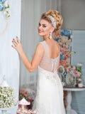 Giovane sposa attraente con i fiori Immagini Stock Libere da Diritti