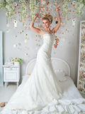 Giovane sposa attraente con i fiori Fotografie Stock
