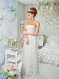 Giovane sposa attraente con i fiori Immagini Stock