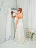 Giovane sposa attraente con i fiori Immagine Stock Libera da Diritti
