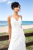 Giovane sposa del brunette sulla spiaggia Immagini Stock