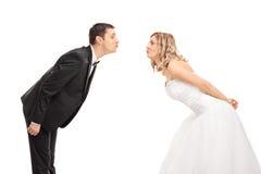 Giovane sposa e sposo che vanno dentro per un bacio Fotografia Stock