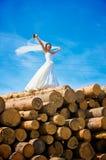 Giovane sposa ed il cielo fotografie stock