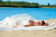 Giovane sposa in estate immagine stock