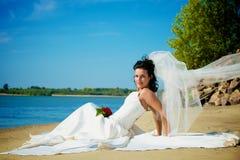 Giovane sposa sulla spiaggia Immagini Stock