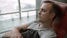 Giovane stanco bello che dorme in terminale di aeroporto Jet lag di voli collegato interurbana stock footage