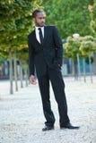 Giovane Staning maschio nero in un vestito all'esterno Immagini Stock Libere da Diritti