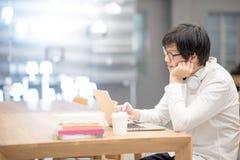 Giovane stile di vita asiatico dello studente universitario dell'uomo in biblioteca Immagini Stock Libere da Diritti