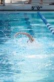 Giovane stile libero femminile di nuoto Immagini Stock Libere da Diritti