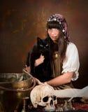 Giovane strega con il gatto nero Immagini Stock Libere da Diritti
