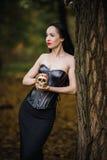 Giovane strega nella foresta di autunno Immagine Stock