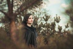 Giovane strega in una foresta immagini stock
