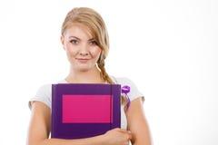 Giovane studente adolescente con i libri della tenuta della treccia Fotografia Stock