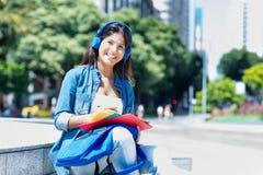 Giovane studente adulto caucasico con la cuffia in città immagini stock libere da diritti