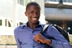 Giovane studente africano bello che si siede all'aperto Immagini Stock Libere da Diritti