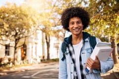 Giovane studente africano che ritorna dall'istituto universitario Fotografia Stock Libera da Diritti
