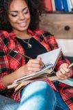 Giovane studente afroamericano che studia con i libri ed i manuali Fotografia Stock Libera da Diritti