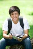Giovane studente asiatico bello con il computer portatile immagine stock