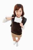 Giovane studente asiatico che mostra carta vuota Fotografie Stock Libere da Diritti