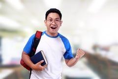 Giovane studente asiatico maschio sorridente felice Immagine Stock
