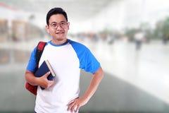 Giovane studente asiatico maschio sorridente felice Immagini Stock Libere da Diritti