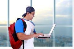 Giovane studente asiatico maschio sorridente felice With Laptop Immagine Stock Libera da Diritti