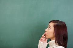 Giovane studente asiatico stupefacente che cerca una risposta Fotografia Stock Libera da Diritti