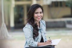 Giovane studente asiatico sulla città universitaria Fotografie Stock