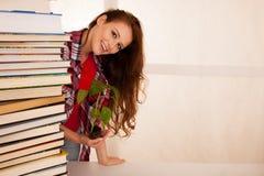 Giovane studente attraente di botanica con seedlnng ed i libri Fotografia Stock