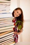 Giovane studente attraente di botanica con seedlnng ed i libri Immagini Stock Libere da Diritti