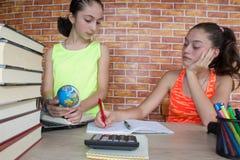 giovane studente attraente Girls che studia le lezioni Pensieri, istruzione, concetto di creatività Immagine Stock Libera da Diritti